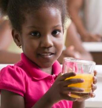 Faça sucos coloridos e saudáveis com a criançada